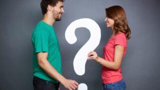Paar hält Papier Fragezeichen