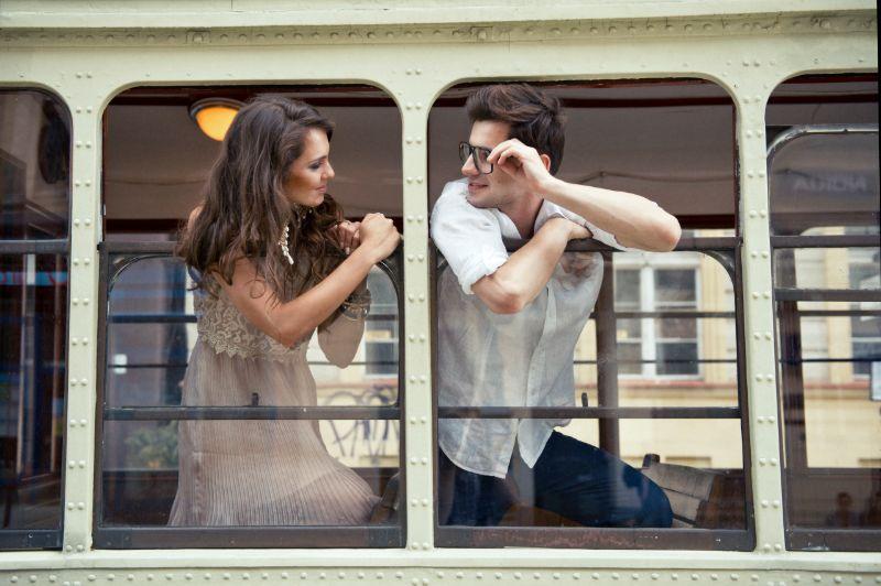 Paar mit Köpfen aus dem Straßenbahnfenster. Liebe