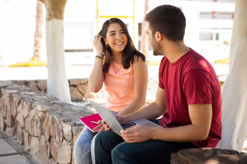 Schuler-flirten-und-reden