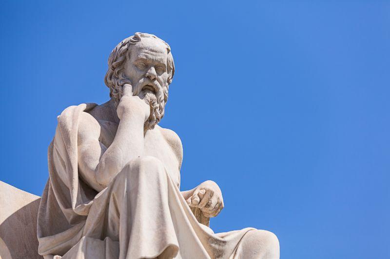 Statue-von-Sokrates-Akademie-von-Athen-Griechenland
