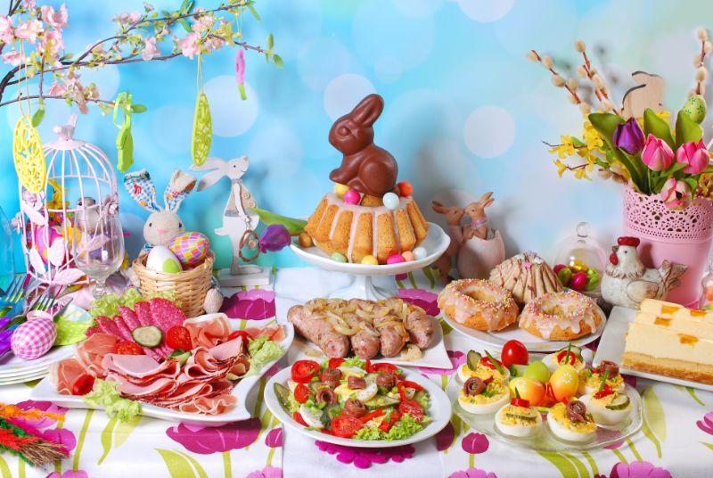 Traditionelles-Osterfruhstuck-auf-festlichem-Tisch