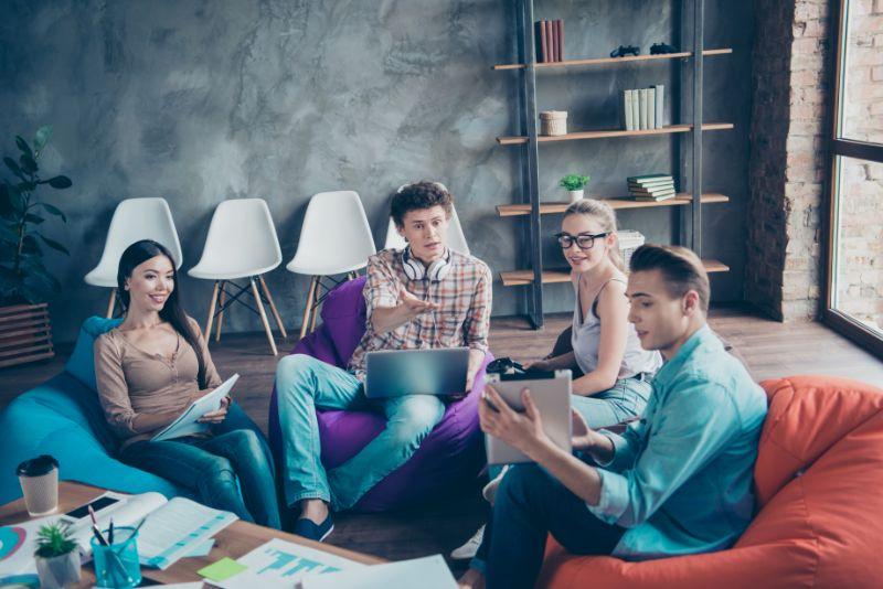 Treffen-von-Jugendlichen-am-Arbeitsplatz-fuhren-Debatten