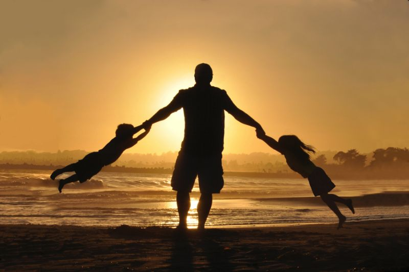 Vater-halt-zwei-Kinder