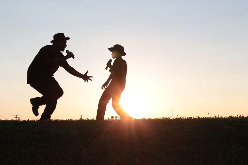 Vater-und-Sohn-singen-und-tanzen