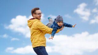 Vater und Sohn spielen und haben Spaß im Freien