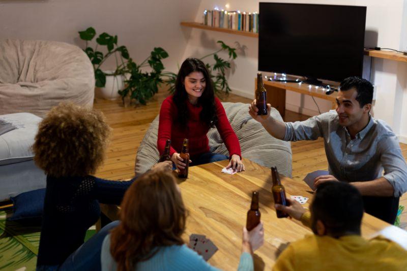 funf-Leute-spielen-Karten-und-trinken-Spiele