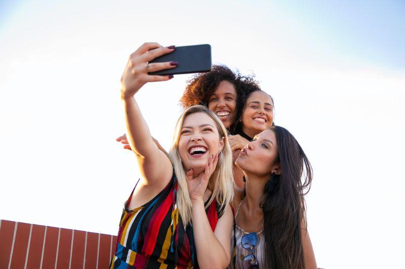 vier-Freunde-machen-ein-Selfie