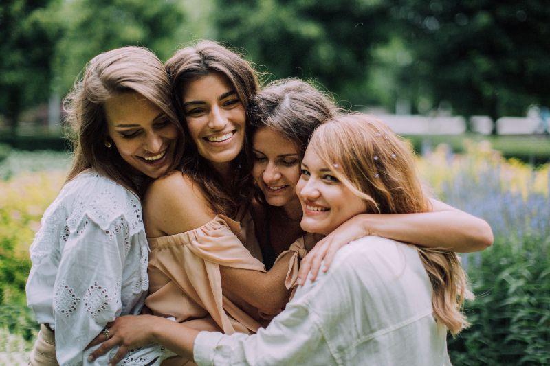 vier-Freunde-umarmen-sich-und-haben-Spas