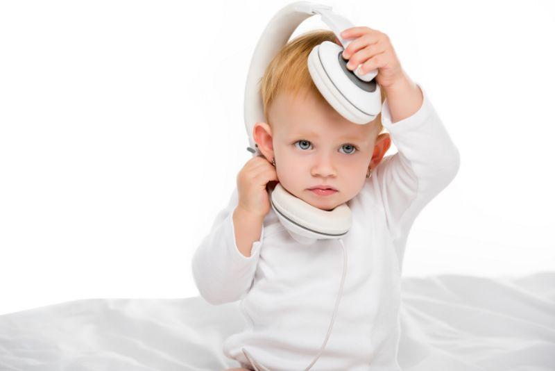 Baby-mit-Kopfhorern