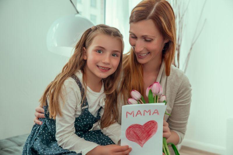 Dankbares-Madchen-Muttertag-Mutter-und-Tochter