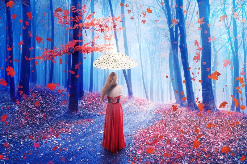 Einsame-Frau-des-Fantasiebildes-mit-Regenschirm-der-im-Wald-geht