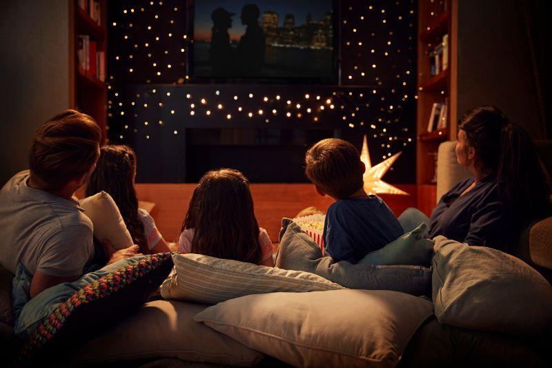 Familie-geniest-Filmabend-zu-Hause