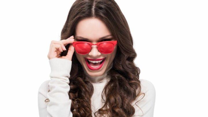 Frau, die über Sonnenbrille schaut
