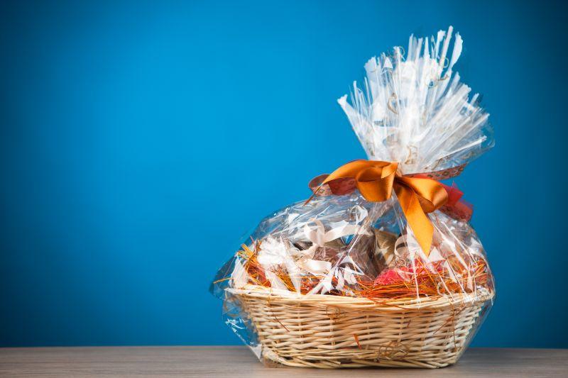 Geschenkkorb-gegen-blauen-Hintergrund
