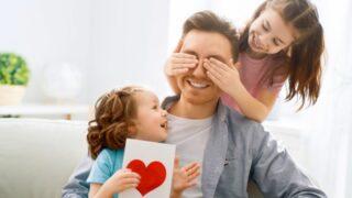 Glückliche Kinder mit Vatertagsgeschenken, die Spaß mit Vater halten Grußkarte mit ich liebe dich Papa Inschrift und Herz Symbol