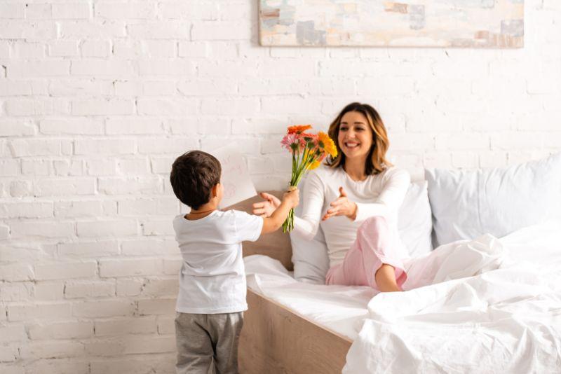 Junge-der-Blumen-am-Muttertag-prasentiert