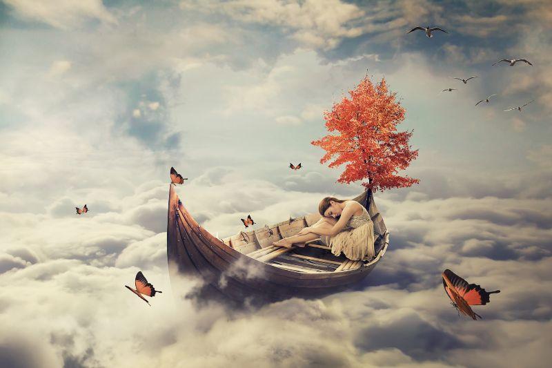 Junge-einsame-schone-Frau-die-auf-einem-Boot-uber-Wolken-treibt