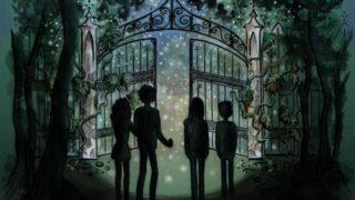Kinder mit einer Taschenlampe vor dem alten gotischen Tor