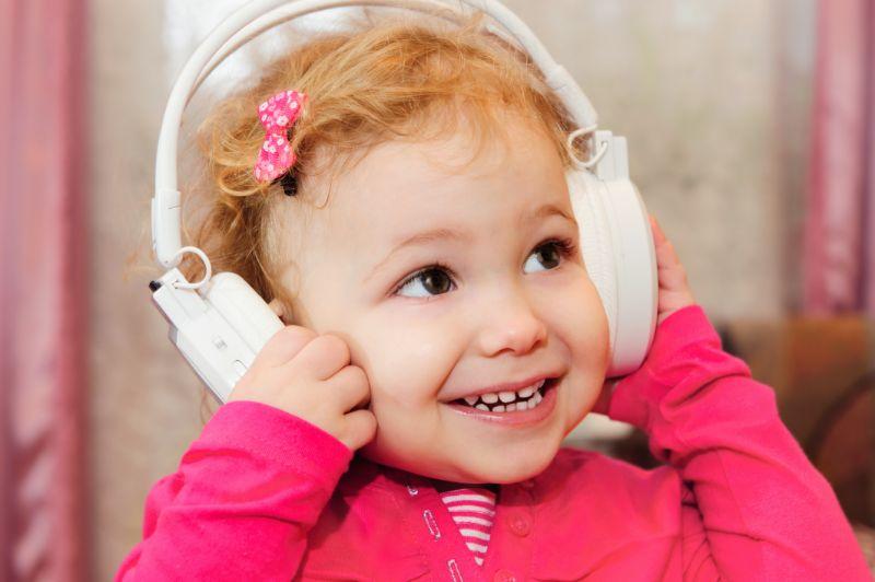 Kleines-Madchen-das-Musik-mit-Kopfhorern-geniest
