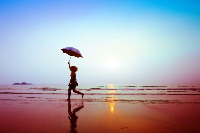 Laufende-Frau-mit-Regenschirm