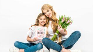 Mutter mit Strauß rosa Tulpen und Tochter