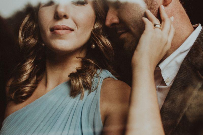 Nahaufnahme-Paar-Frauen-halten-ihre-Hand-auf-dem-Gesicht-des-Mannes-1
