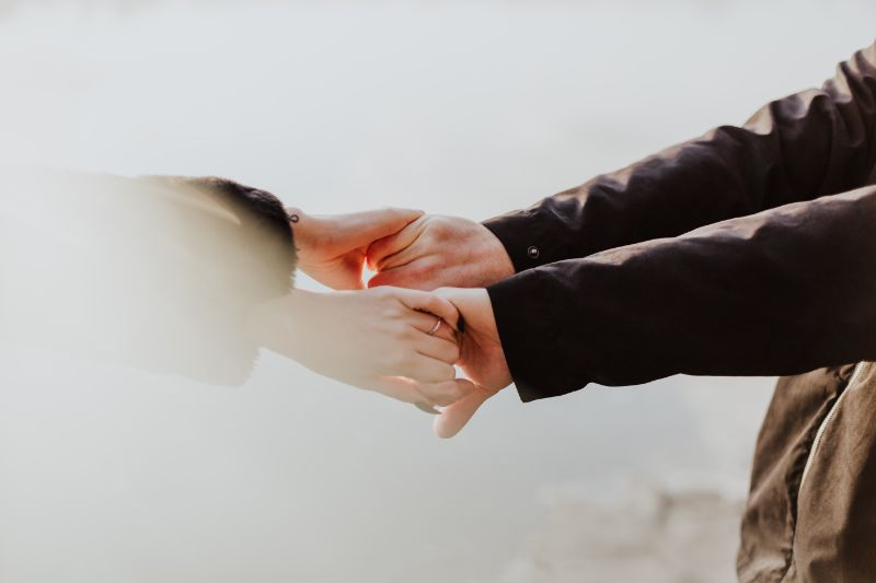 Paar-Handchen-haltend