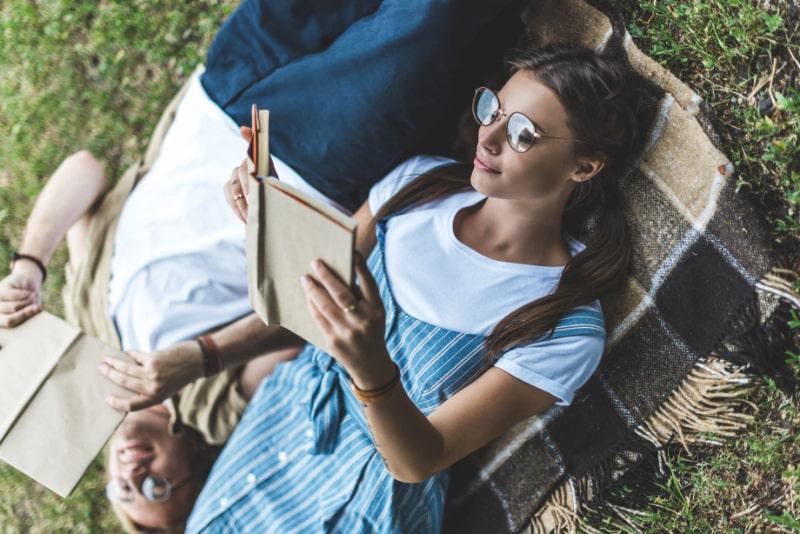 Paar-das-Bucher-im-Park-liest