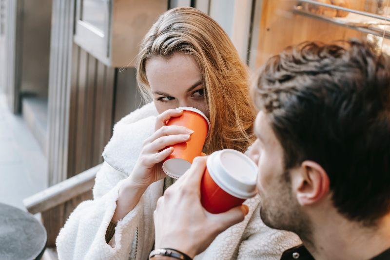 Paar-trinkt-Kaffee