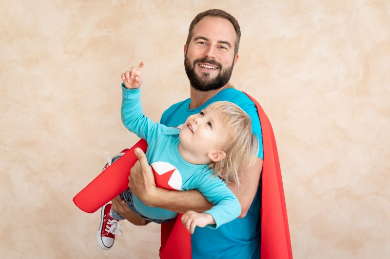 Superhelden-Vater-und-Sohn-haben-Spas-zusammen