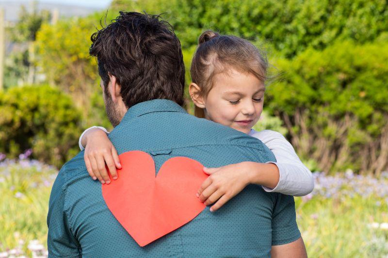 Tochter, die Papa eine Herzkarte gibt
