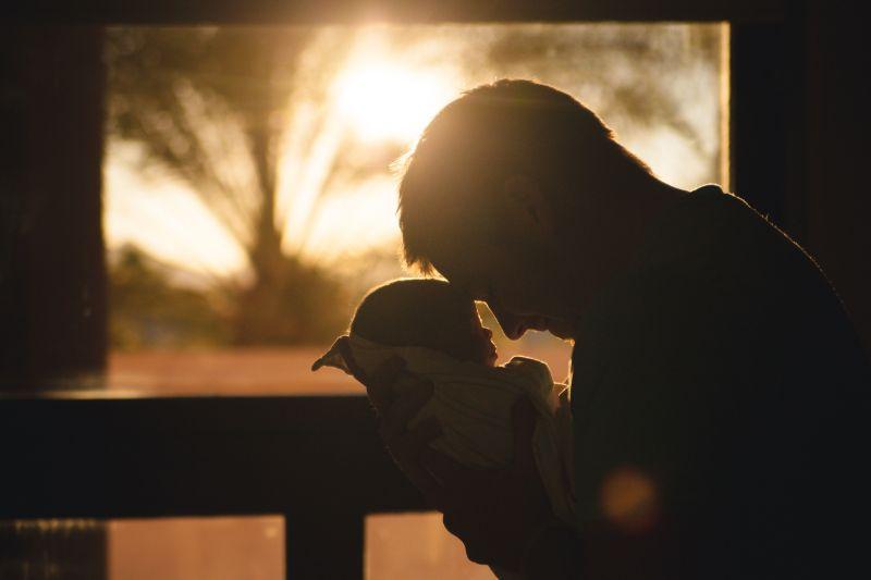 Vater-halt-kleines-Baby-in-den-Armen