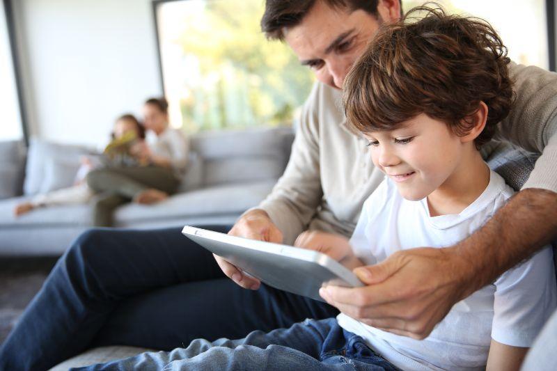 Vater-und-Sohn-spielen-mit-digitalem-Tablet
