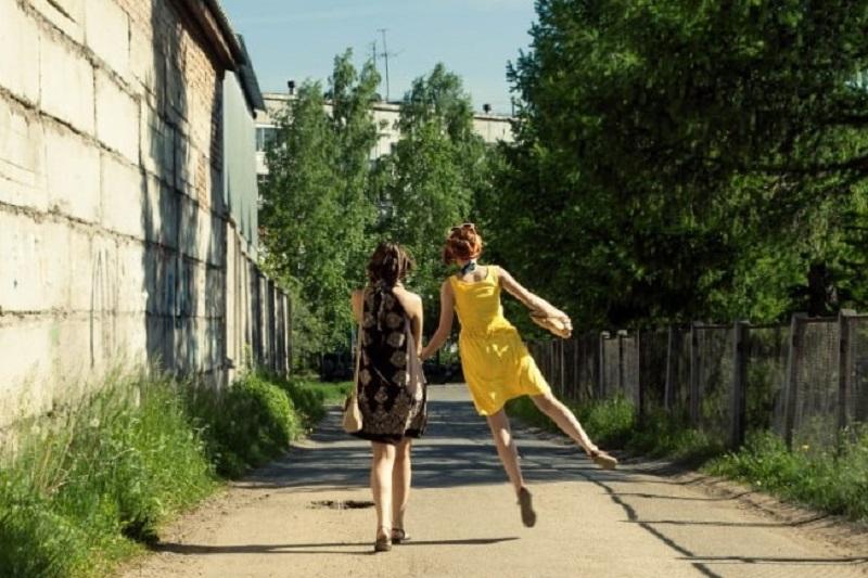 freundinen-die-ein-Spaziergang-machen