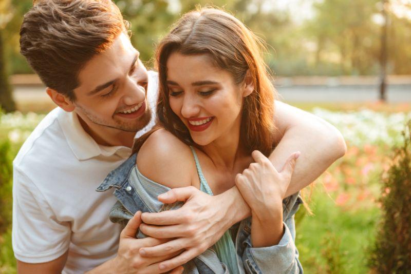 gluckliches-junges-liebendes-Paar-das-drausen-geht