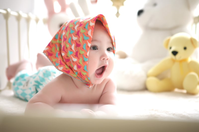kleines-baby-mit-tuch-auf-dem-kopf