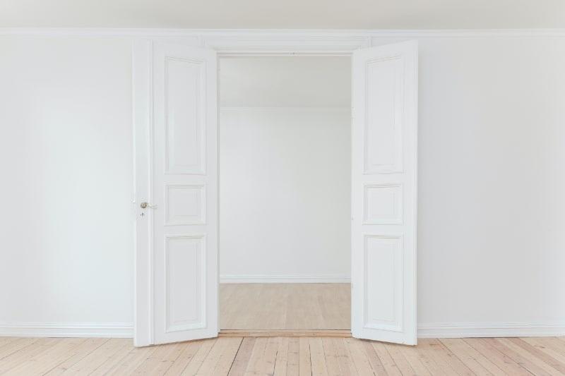 minimalistisches-Foto-einer-offenen-Tur