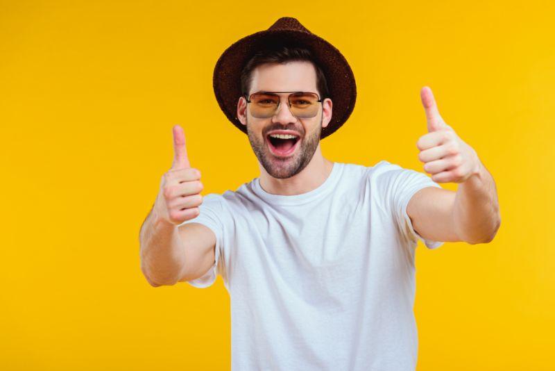 schoner-Mann-mit-Hut-und-Sonnenbrille
