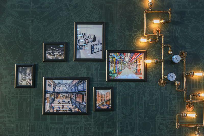 verschiedene-Bilder-an-einer-grunen-Wand