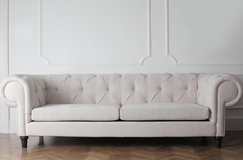weise-couch-auf-holzboden
