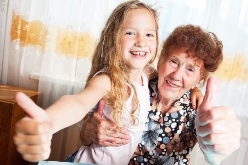 Altere-Frau-mit-Urenkel