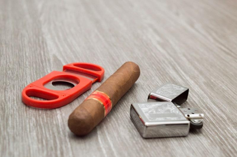 Attribute-fur-das-Rauchen-einer-Zigarre-Zippo-Feuerzeug