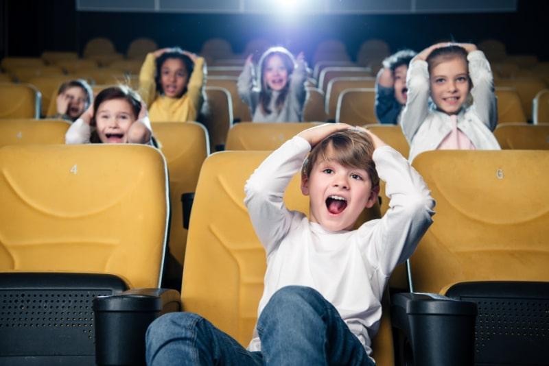 Aufgeregte-Freunde-die-gemeinsam-Filme-im-Kino-schauen