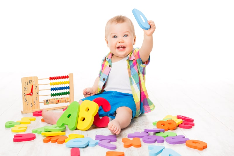 Baby-Alphabet-und-Mathe-Spielzeug-Kind-spielt-Abakus-und-ABC-Buchstaben-Kind-auf-Weis