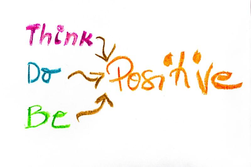 Denken-Sie-positives-buntes-Handschreiben-auf-Papier-positives-denkendes-konzeptionelles-Bild