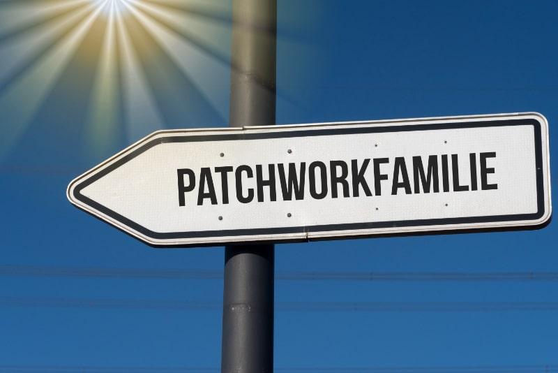 Ein-Richtungspfeil-zeigt-auf-eine-Patchwork-Familie