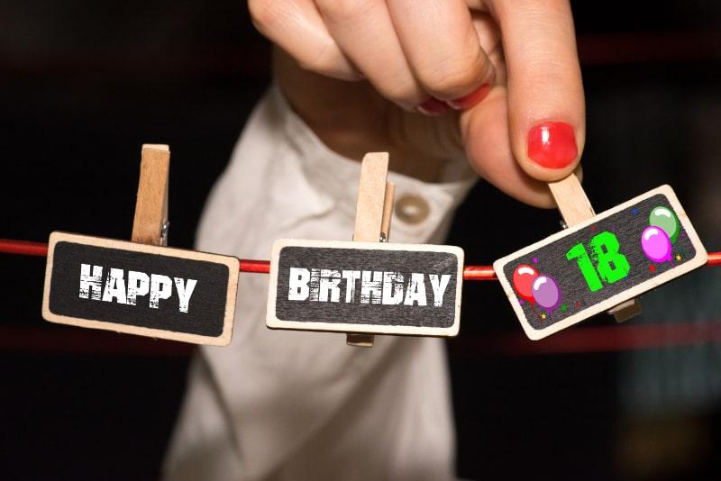 Eine-Frau-gratuliert-zu-ihrem-18.-Geburtstag