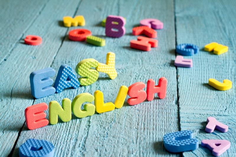 Englisch-ist-ein-leicht-zu-erlernendes-Konzept-mit-Buchstaben-auf-blauen-Tafeln