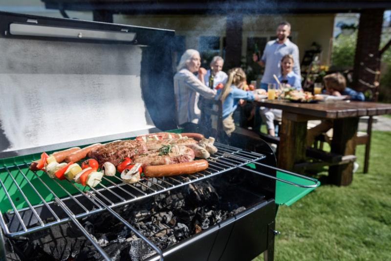 Fleisch-und-Gemuse-auf-dem-Grill-kochen