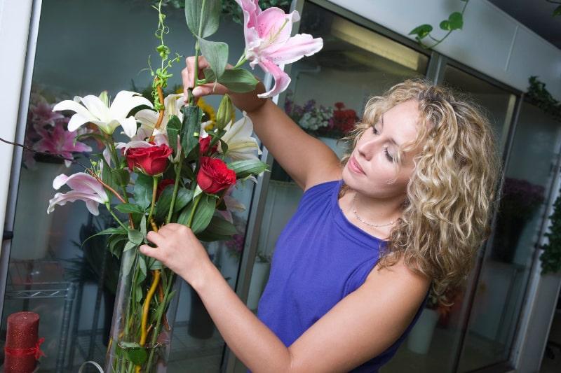 Florist-der-Blumen-in-der-Vase-anordnet